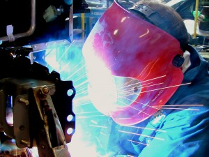 Fotografía de un soldador trabajando